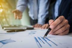 Geschäftsteamwork-Prozess, Geschäftsmänner übergibt das Zeigen auf Laptop Lizenzfreie Stockfotos