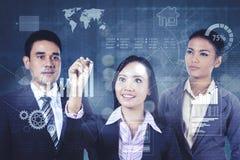 Geschäftsteamzeichnungswachstums-Finanzdiagramm stockfoto
