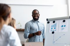 Geschäftstrainer unterrichten das Personal, das zusammen im Seminar erfasst wird stockfoto