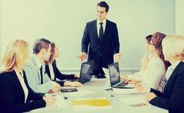 Geschäftstreffen des multinationalen Leitungsteams Stockbilder