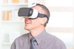 Geschäftstreffen mit Kopfhörer der virtuellen Realität stockfoto