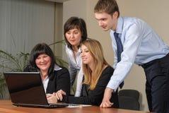 Geschäftstreffen mit Laptop im Büro lizenzfreies stockbild