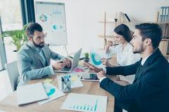 Geschäftstreffen, Partner besprechen die Entscheidungen am L Lizenzfreie Stockfotos