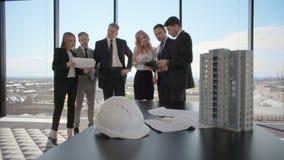 Geschäftstreffen von Architekten und von Investoren stock video