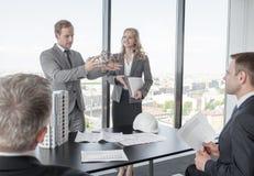 Geschäftstreffen von Architekten und von Investoren Lizenzfreies Stockfoto