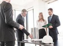Geschäftstreffen von Architekten und von Investoren Stockbilder