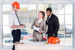 Geschäftstreffenarchitekten Drei Architekten getroffen im Büro Lizenzfreie Stockfotografie