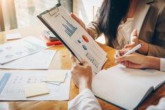 Geschäftstreffenzeit Diskussion eines Finanzplanes mit Finanzdokumentendiagramm im Konferenzzimmer stockfotos