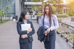 Geschäftsunterhaltung mit zwei Asiatinnen lizenzfreie stockfotografie