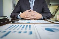 Geschäftsunterlagen auf Bürotisch mit Diagrammfinanzdiagramm Lizenzfreies Stockfoto