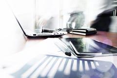 Geschäftsunterlagen auf Bürotisch mit intelligentem Telefon Stockbild