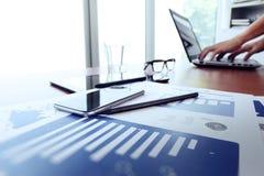 Geschäftsunterlagen auf Bürotisch mit intelligentem Telefon lizenzfreies stockfoto