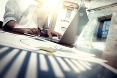 Geschäftsunterlagen auf Bürotisch mit intelligentem Telefon Stockfotografie