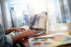 Geschäftsunterlagen auf Bürotisch mit intelligentem Telefon lizenzfreie stockfotografie