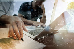 Geschäftsunterlagen auf Bürotisch mit intelligentem Telefon Lizenzfreie Stockfotos