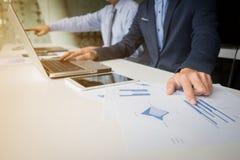 Geschäftsunterlagen auf Bürotisch mit Laptop und digitaler Tabelle Stockbild