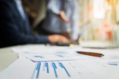 Geschäftsunterlagen auf Bürotisch mit Laptop und digitaler Tabelle Stockbilder