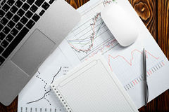 Geschäftsunterlagen auf Schreibtisch Beschlussfassung im Geschäft Abbildung der roten Lilie Flache Art Stockfoto