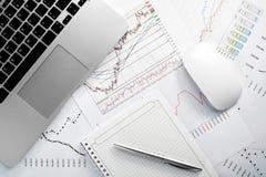 Geschäftsunterlagen auf Schreibtisch Beschlussfassung im Geschäft Flache Art Lizenzfreies Stockfoto