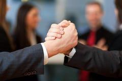 Geschäftsvereinbarung, Geschäftsleute, die ein Abkommen machen Lizenzfreies Stockfoto