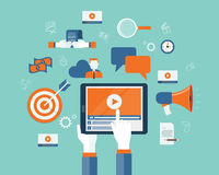 Geschäftsvideomarketing-Inhalt online auf Tablette Lizenzfreie Stockfotos