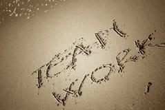 Geschäftswörter auf Sand stockfotos