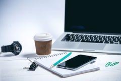 Geschäftswerkzeuge auf einem hölzernen weißen Hintergrund lizenzfreie stockfotografie