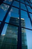 Geschäftswolkenkratzer und -kontrollturm Stockfotografie