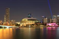 Geschäftszentren und helle Show auf Flussufer Lizenzfreie Stockbilder