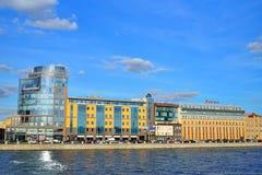Geschäftszentrum in Helsingfors und Grenadier auf dem Vyborgskaya Lizenzfreies Stockfoto
