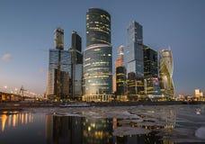 Geschäftszentrum Moskau-Stadt nachts Stockbilder