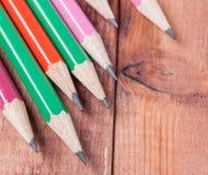 Geschärfte Bleistifte auf hölzernem Hintergrund Nahaufnahme Lizenzfreies Stockbild