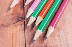 Geschärfte Bleistifte auf hölzernem Hintergrund Nahaufnahme Lizenzfreie Stockbilder