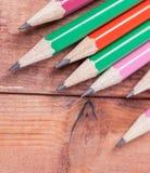 Geschärfte Bleistifte auf hölzernem Hintergrund Nahaufnahme Stockfotos