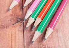 Geschärfte Bleistifte auf hölzernem Hintergrund Nahaufnahme Lizenzfreie Stockfotos