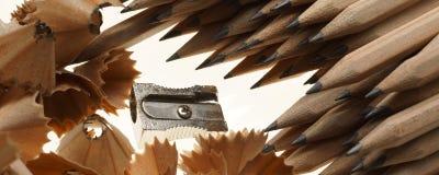 Geschärfte Bleistifte, Bleistiftspitzer und Sägespäne - Fahnen-/Titelausgabe Stockfotografie