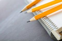 Geschärfte Bleistifte und ein Notizbuch Lizenzfreie Stockfotografie