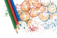 Geschärfte Bleistifte und hölzerne Schnitzel Lizenzfreies Stockbild