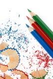 Geschärfte Bleistifte und hölzerne Schnitzel Stockbild