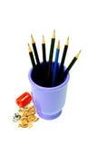 Geschärfte Bleistifte und roter Bleistiftspitzer Lizenzfreies Stockbild