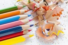 Geschärfte bunte Bleistifte und Sägespäne Stockbilder