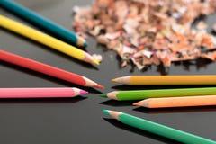 Geschärfte bunte Bleistifte und Schnitzel Lizenzfreies Stockbild