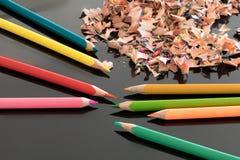 Geschärfte bunte Bleistifte und Schnitzel Lizenzfreies Stockfoto