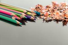 Geschärfte bunte Bleistifte und Schnitzel Stockbild