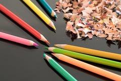 Geschärfte bunte Bleistifte und Schnitzel Lizenzfreie Stockfotos