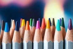 Geschärfte farbige Bleistifte Ein Stapel farbige Bleistifte Bereiten Sie vor, um zu malen Farbige Bleistifte auf einem bunten Hin Lizenzfreie Stockbilder