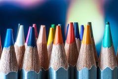 Geschärfte farbige Bleistifte Ein Stapel farbige Bleistifte Bereiten Sie vor, um zu malen Farbige Bleistifte auf einem bunten Hin Stockbild