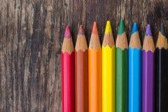 Geschärfte Schiefergriffel von verschiedenen Farben auf einem Holztisch Lizenzfreie Stockfotos