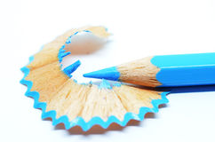 Geschärfter blauer Farbbleistift und -Sägespäne Lizenzfreie Stockbilder