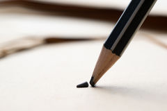 geschärfter Bleistift über einem leeren alten Blatt Papier mit einem defekten t Stockfoto
